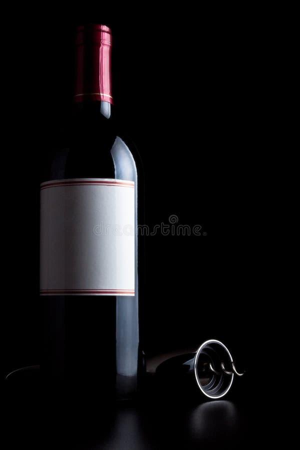 瓶拔塞螺旋红葡萄酒 免版税库存图片
