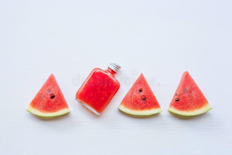 瓶新鲜的西瓜汁用西瓜片 图库摄影