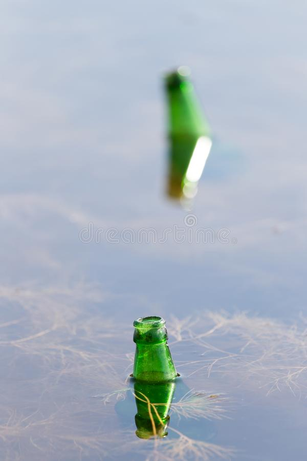 瓶水在湖 库存图片
