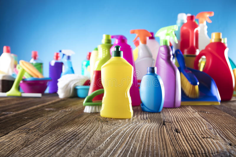 瓶清洁愉快的指向的射击微笑的浪花春天妇女 库存照片