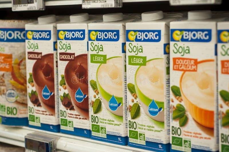 瓶特写镜头从Bjorg品牌的有机豆奶在Cora超级市场 库存图片