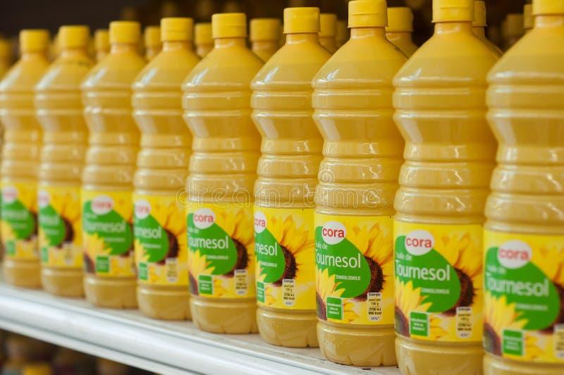 瓶特写镜头在Cora超级市场的向日葵油对准线 免版税库存照片