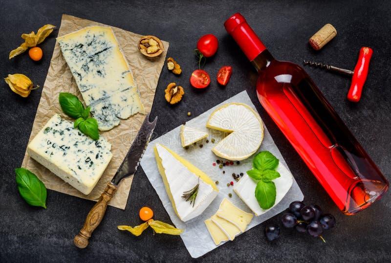 瓶玫瑰酒红色用乳酪 免版税库存图片