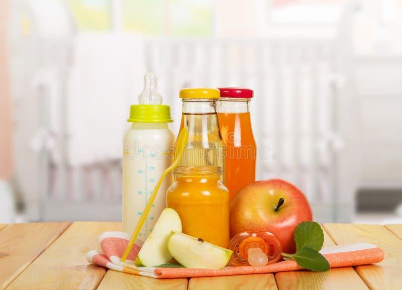 瓶用牛奶,汁液,果子反对背景厨房的纯汁浓汤银行 库存图片