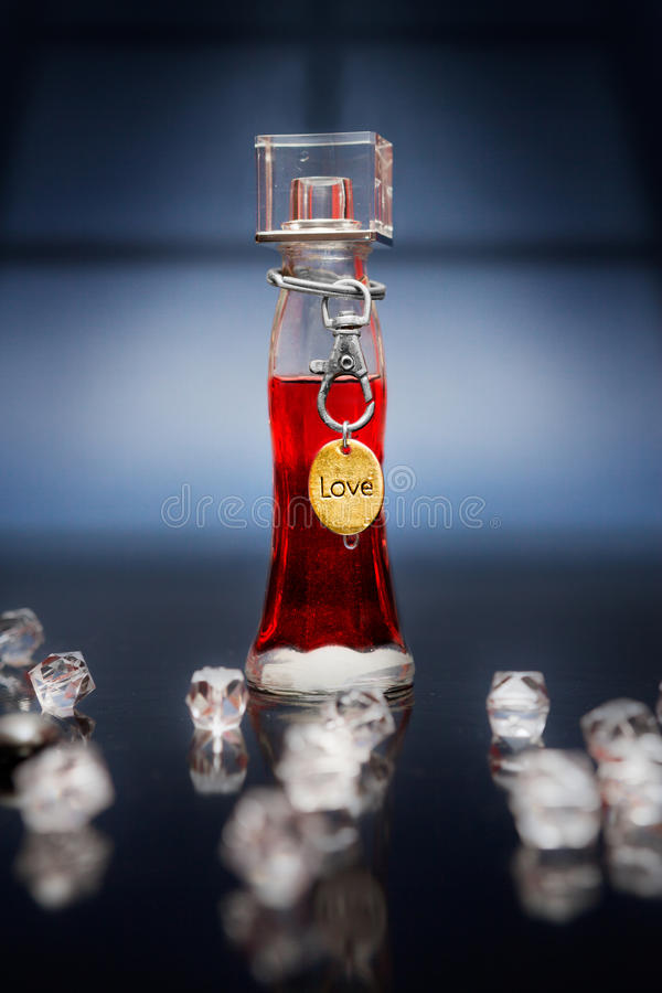 瓶用红色媚药和金属爱标记 库存图片
