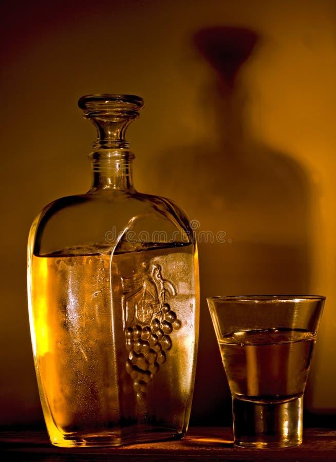 Download 瓶白兰地酒玻璃 库存照片. 图片 包括有 对象, 空白, 黄色, 黄铜, 一口威士忌酒, 庆祝, 发光, 威士忌酒 - 22352300