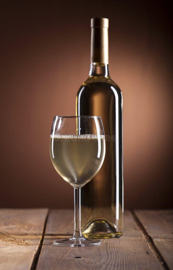 瓶白葡萄酒葡萄酒杯 免版税库存照片