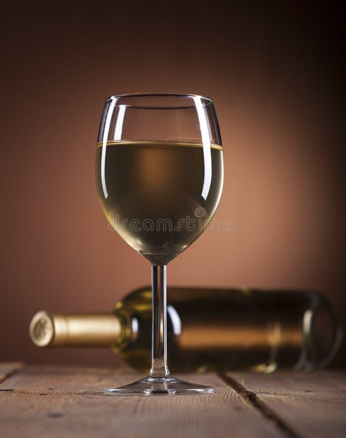 瓶白葡萄酒葡萄酒杯 库存图片