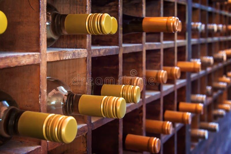 瓶的汇集在木案件的酒 免版税库存照片