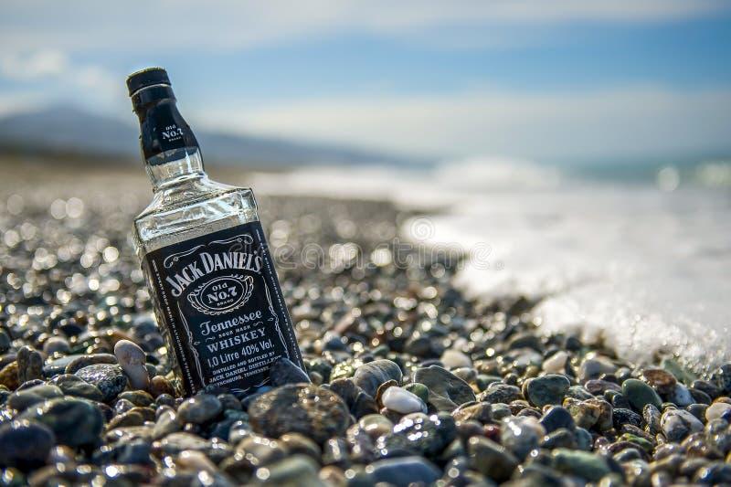 瓶石海滩的杰克Daniels 库存照片