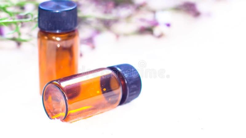 瓶精油 草药或芳香疗法吸管瓶 免版税库存图片