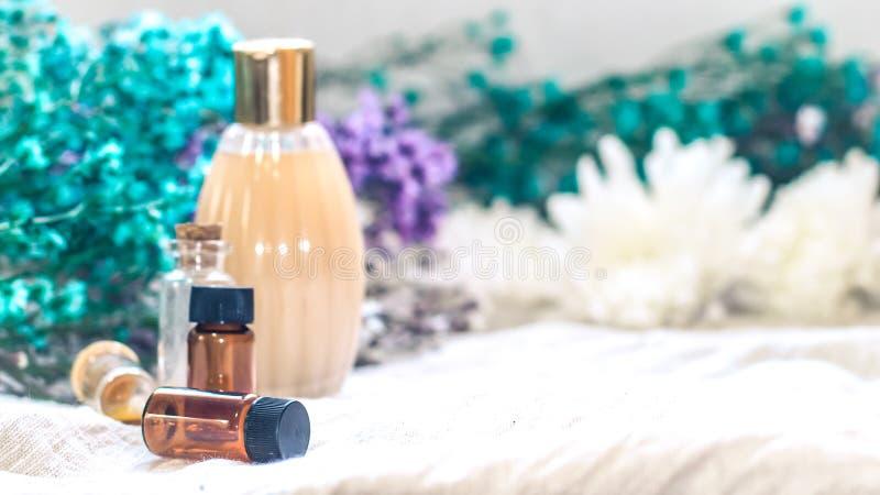 瓶精油 草药或芳香疗法吸管瓶 免版税图库摄影