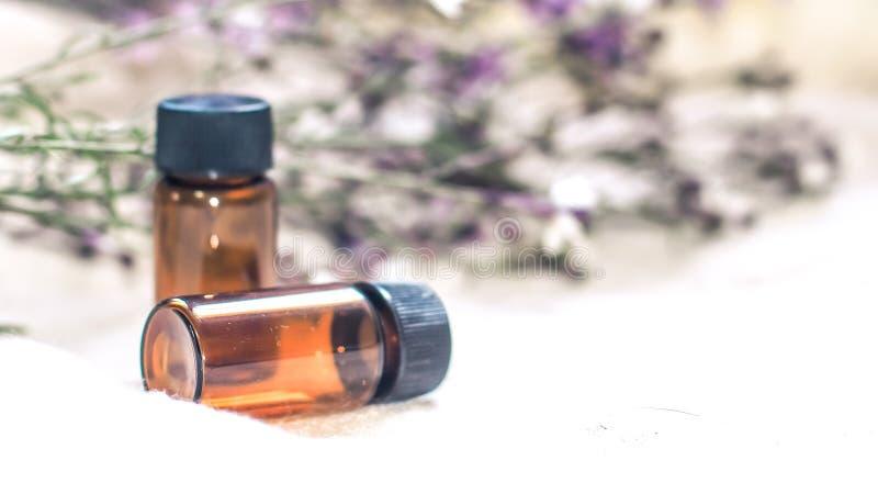 瓶精油 草药或芳香疗法吸管瓶 免版税库存照片