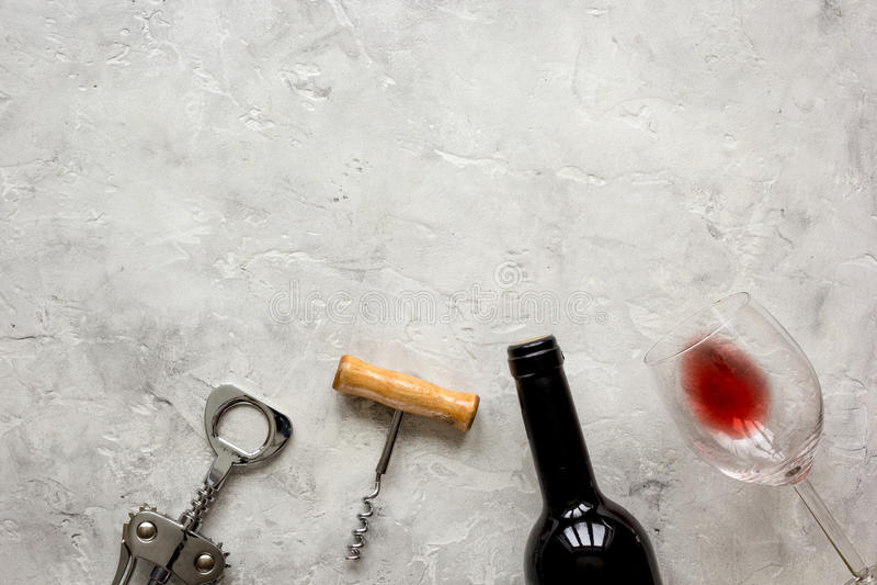 瓶红葡萄酒和拔塞螺旋在石背景顶视图大模型 库存图片