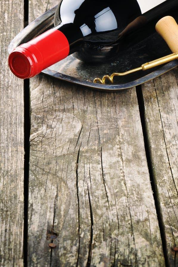 瓶红葡萄酒和拔塞螺旋 库存照片
