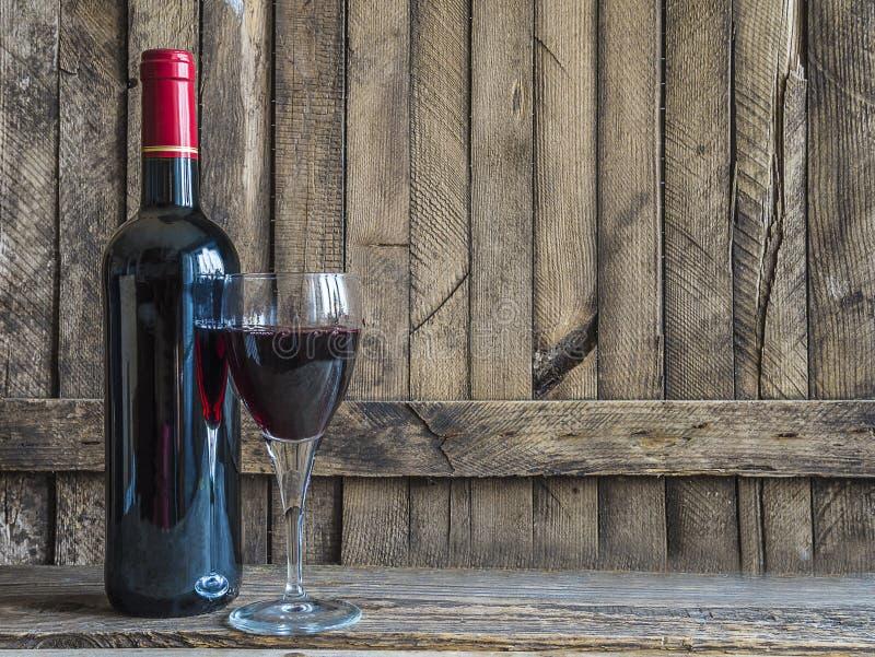 瓶红葡萄酒和杯红葡萄酒 免版税库存照片