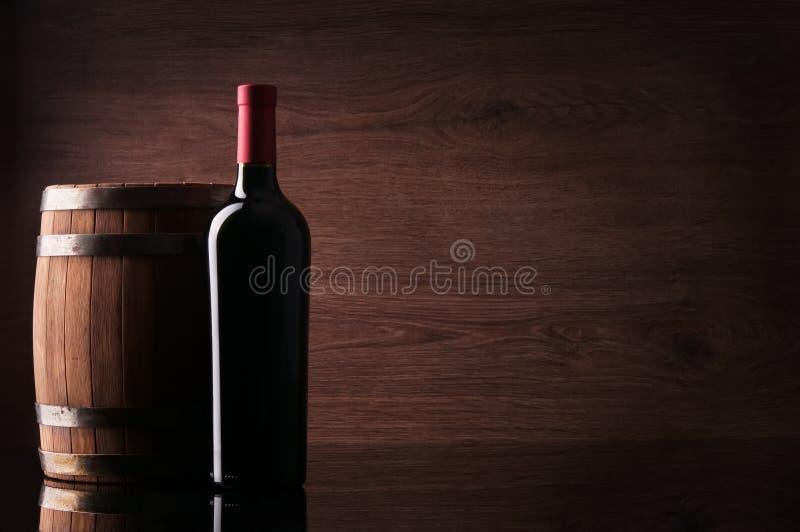 瓶红葡萄酒和桶 免版税库存照片