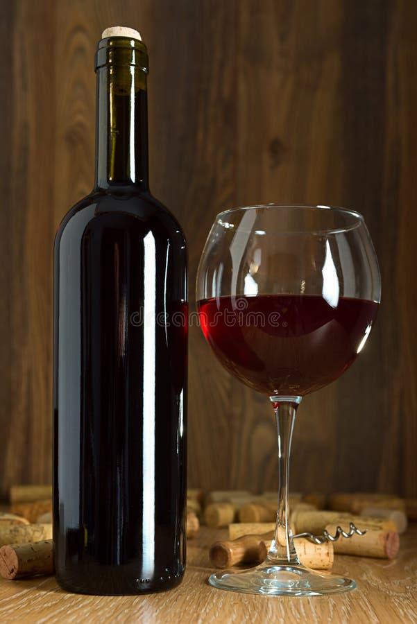 瓶红葡萄酒和酒杯 库存图片