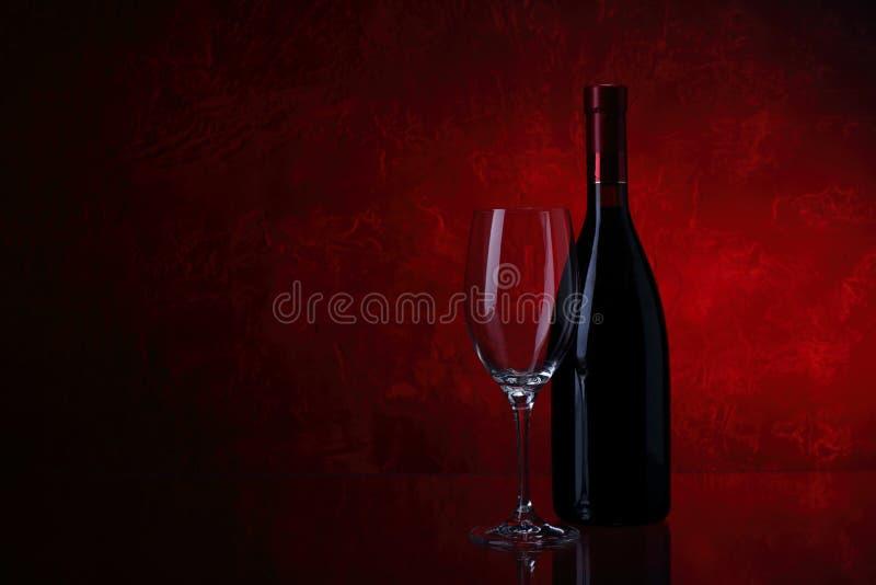 瓶红葡萄酒葡萄酒杯 图库摄影