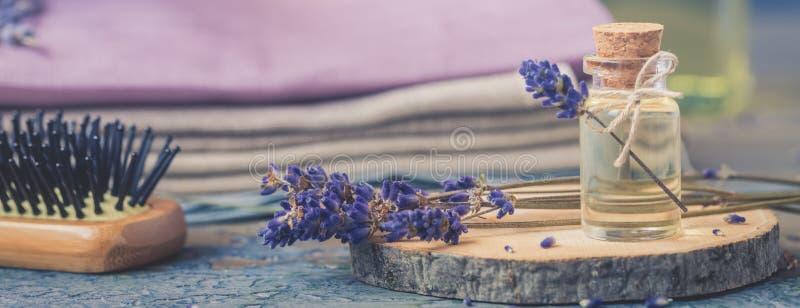 瓶自然化妆熏衣草油,头发和身体治疗 免版税库存图片