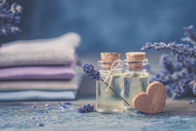瓶自然化妆熏衣草油,头发和身体治疗 库存照片
