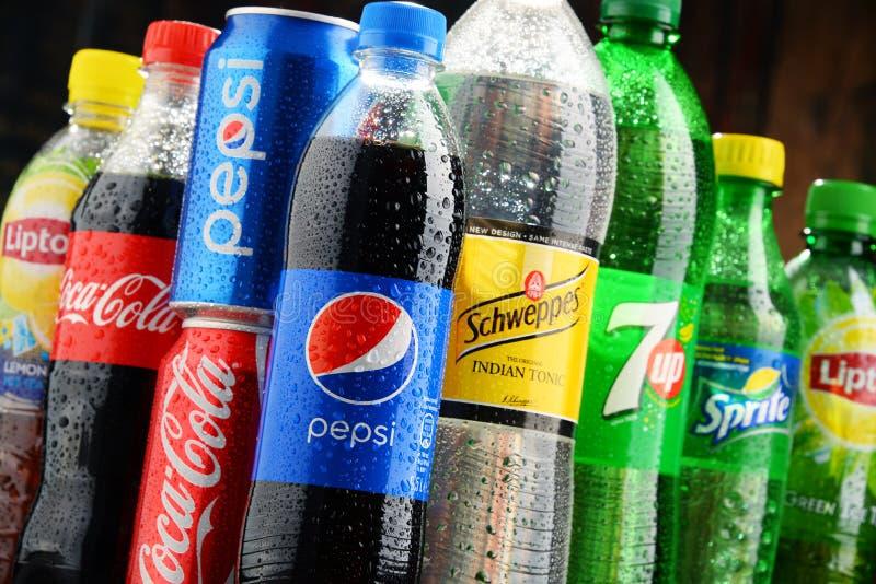 瓶被分类的全球性软饮料 免版税库存照片