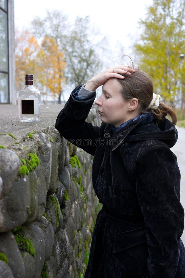 瓶被喝的妇女 免版税库存照片