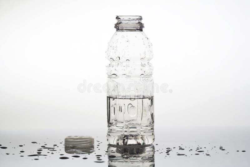瓶被开张的水 库存图片