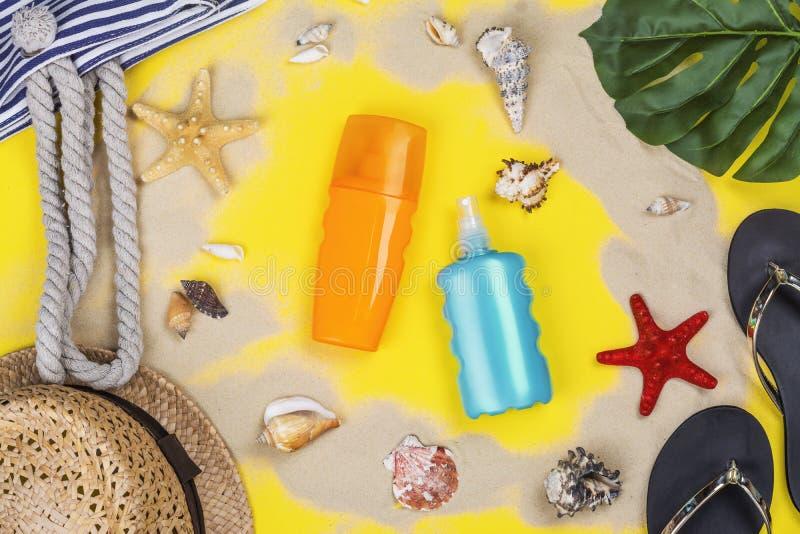 瓶遮光剂化妆水和浪花 免版税库存图片