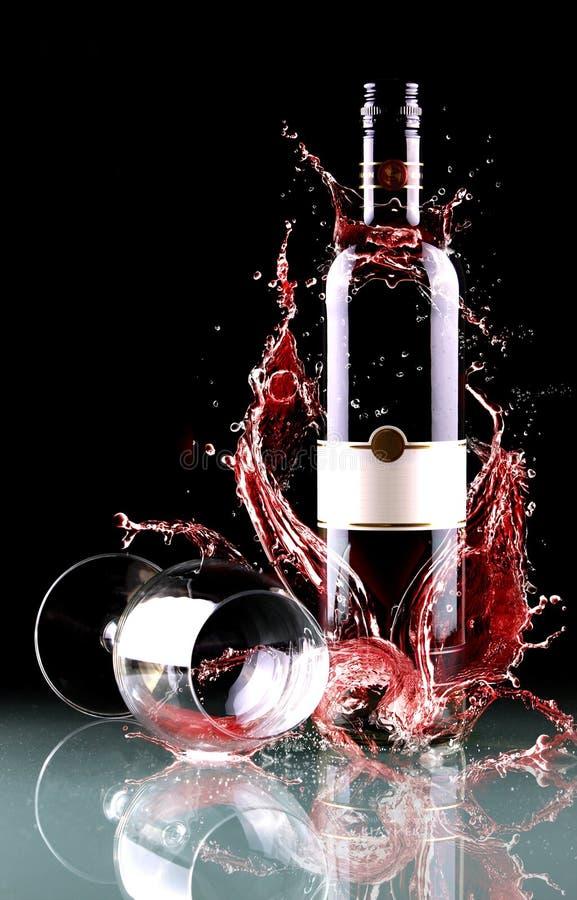 瓶飞溅酒 库存图片