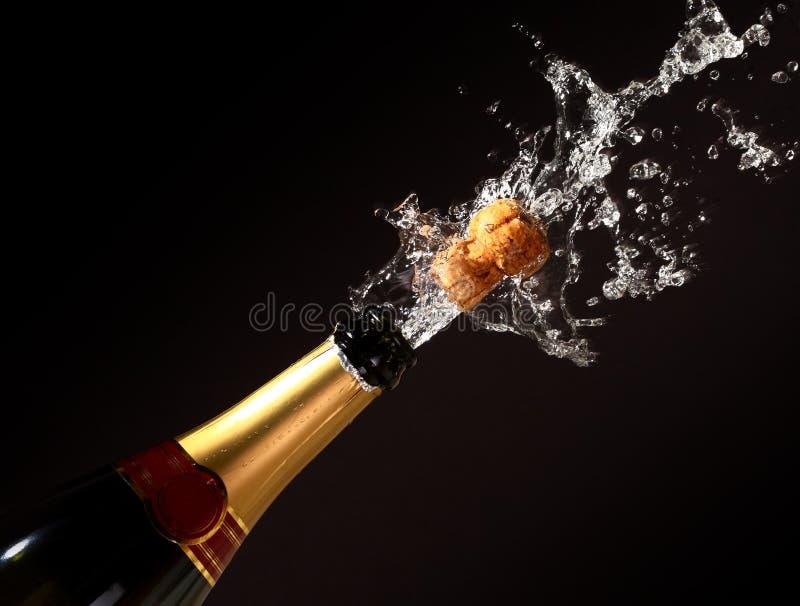瓶香槟爆发 免版税库存照片