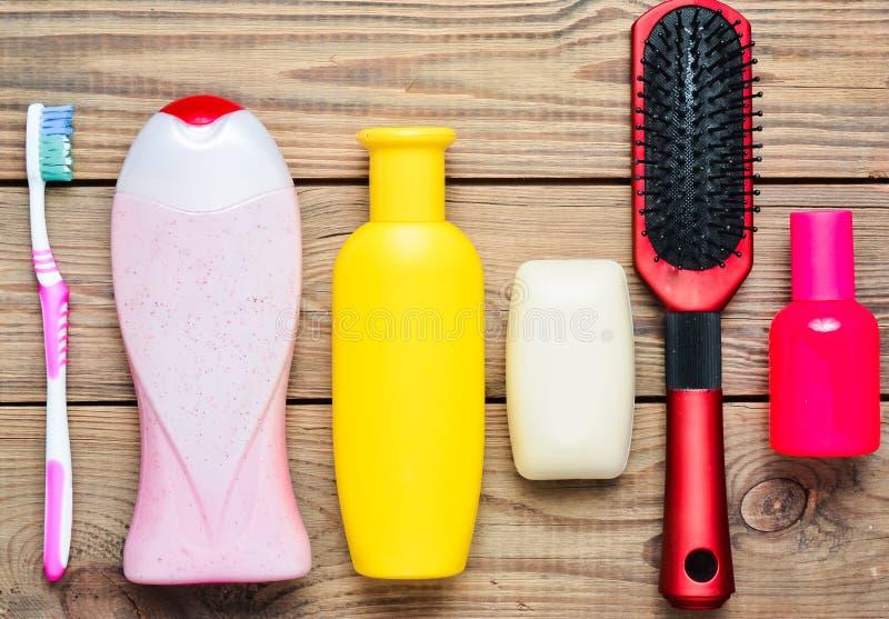 瓶香波,阵雨胶凝体,肥皂,香水,牙刷,梳子 秀丽和卫生学关心的产品  免版税库存图片