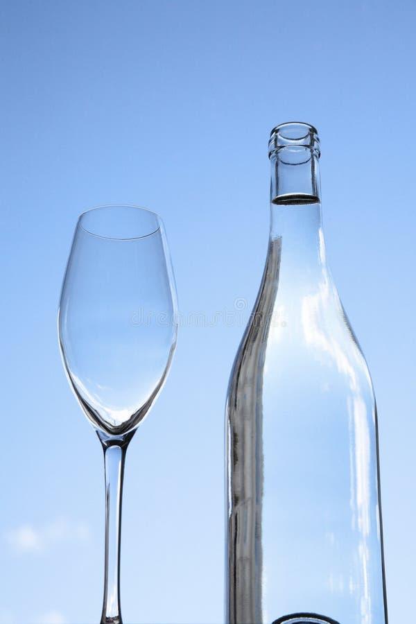 瓶水和葡萄酒杯 免版税库存图片