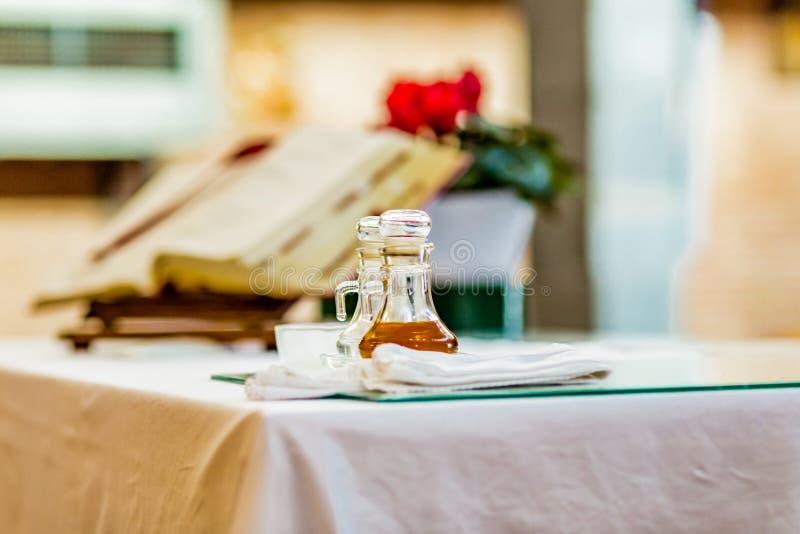 瓶水和酒圣洁大量的 图库摄影