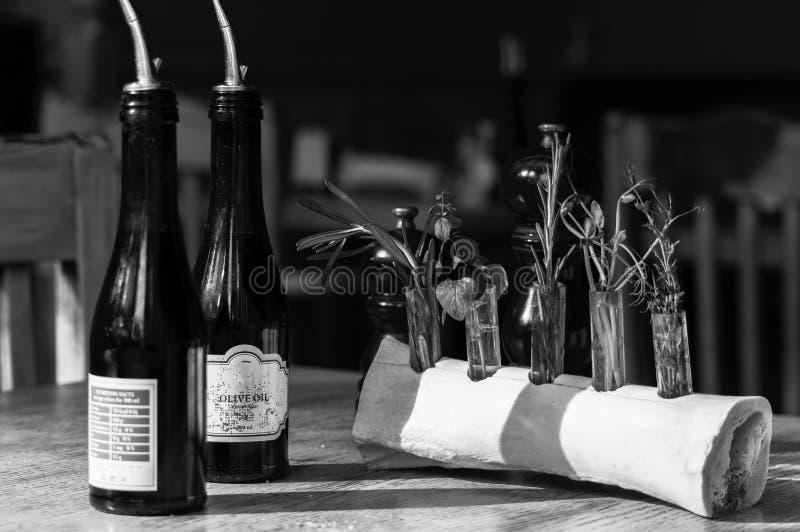 瓶黑白照片有橄榄油的在餐馆内部 库存照片