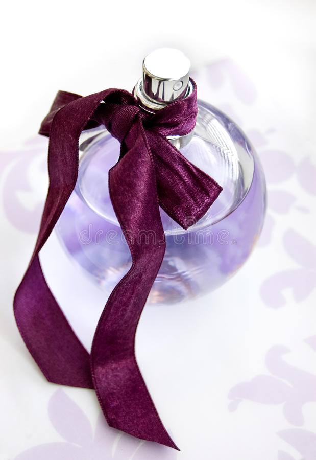 瓶perfum紫罗兰 免版税库存图片