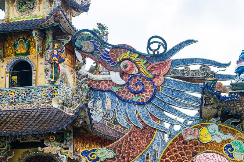 瓷五颜六色的马赛克在龙形状的在塔在越南 免版税库存照片