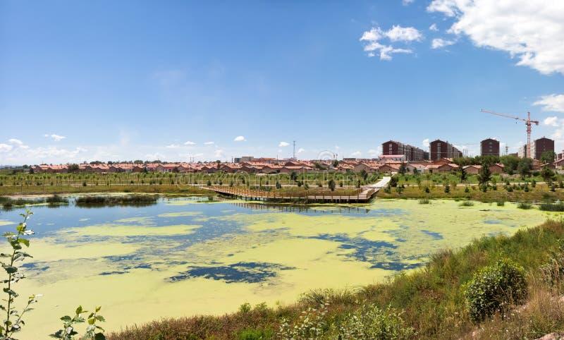 瓷住宅建筑的湖 免版税库存图片