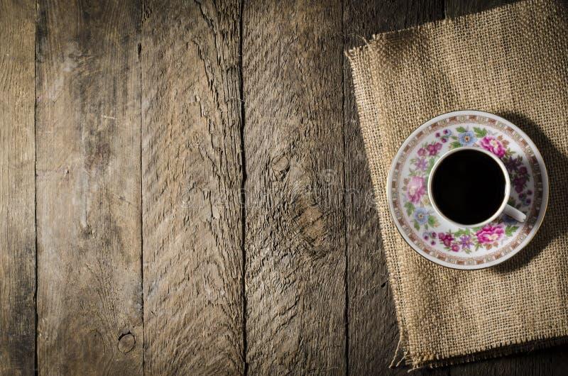 瓷在木桌上的咖啡杯 库存照片