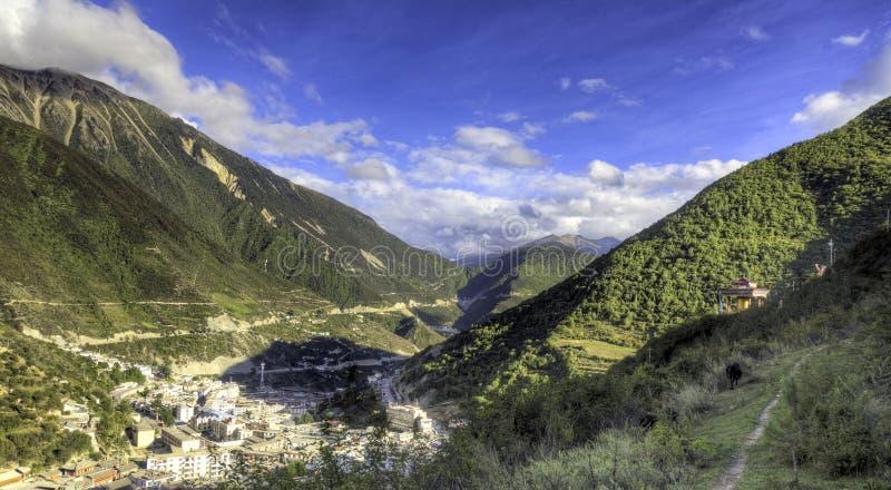 Download 瓷小镇谷 库存照片. 图片 包括有 山坡, 城市, 旅行, 汉语, 绿色, 天空, 西藏, 蓝色, 城镇 - 22358546