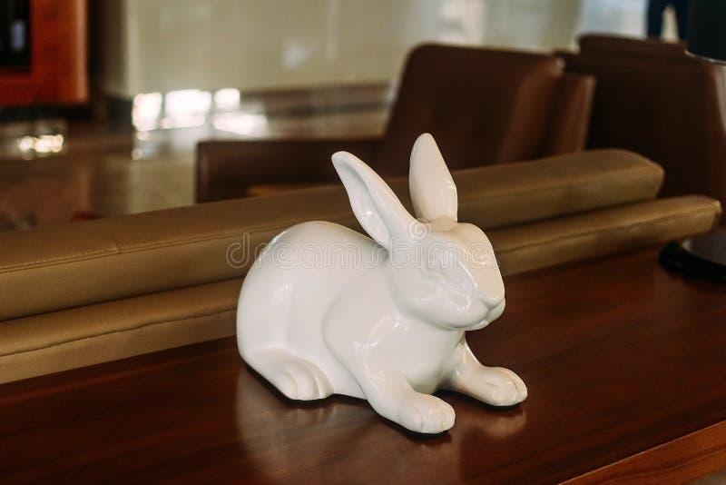 瓷小雕象野兔 免版税库存照片