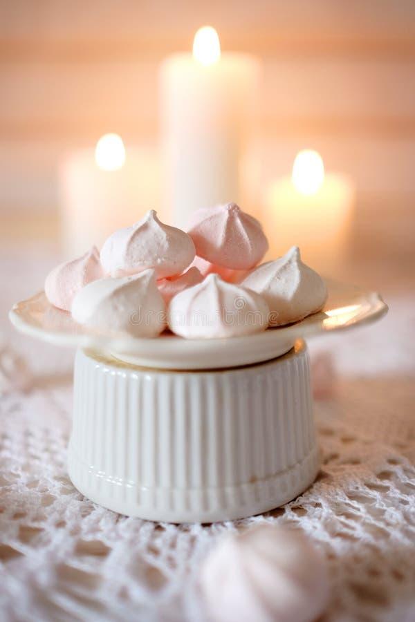 瓷断送新瓷草莓茶时间 与热的茶吃午餐并且节食点心白色和桃红色3月 免版税图库摄影