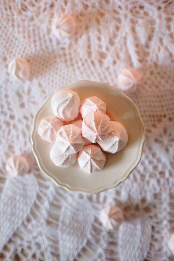 瓷断送新瓷草莓茶时间 与饮食点心白色和桃红色蛋白软糖吃午餐 免版税库存图片