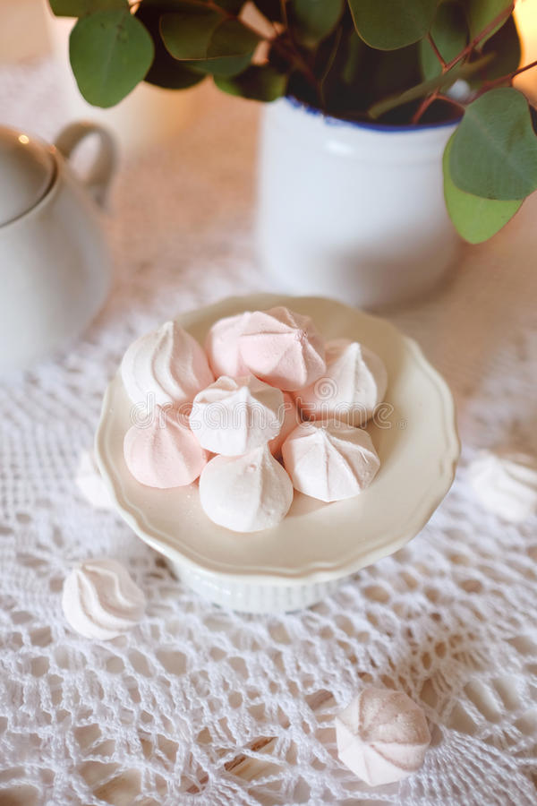 瓷断送新瓷草莓茶时间 与饮食点心白色和桃红色蛋白软糖吃午餐 免版税库存照片