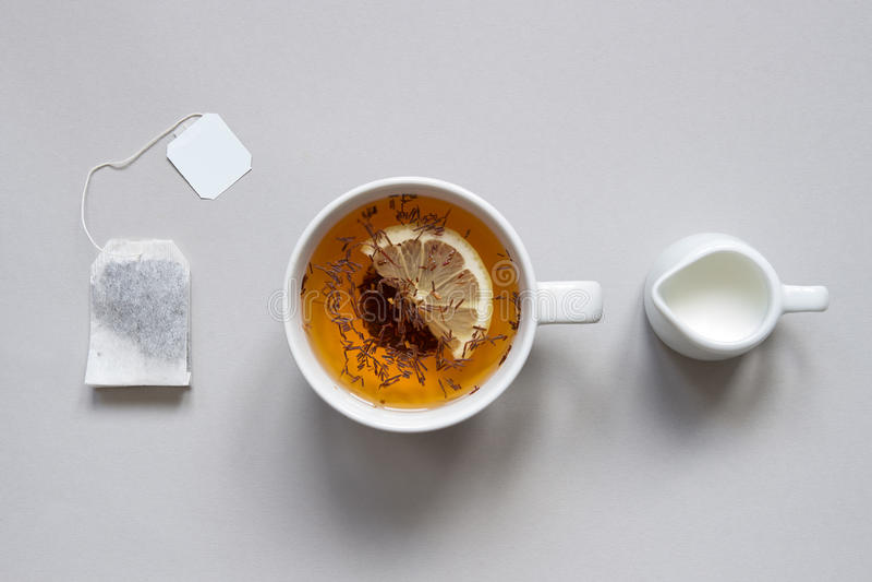 瓷断送新瓷草莓茶时间 杯在蓝色背景的热的红茶,顶视图 库存图片