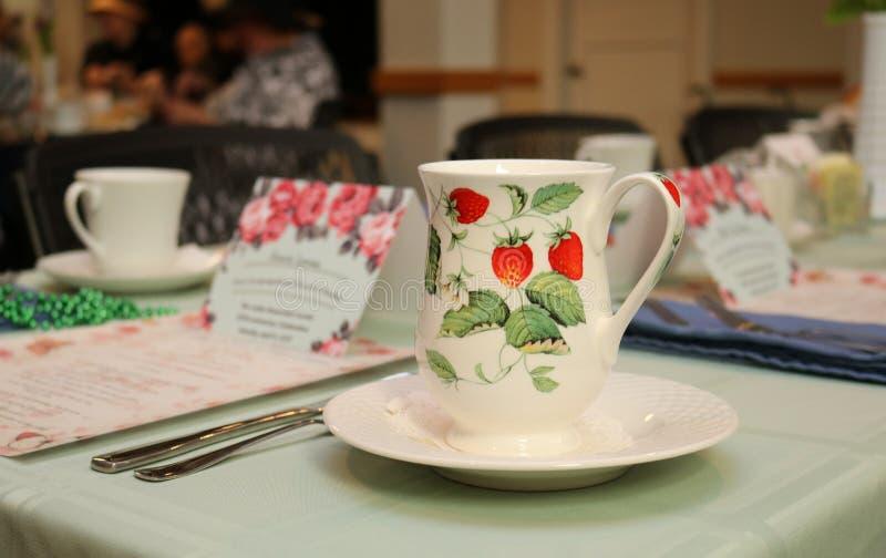 瓷断送新瓷草莓茶时间 图库摄影