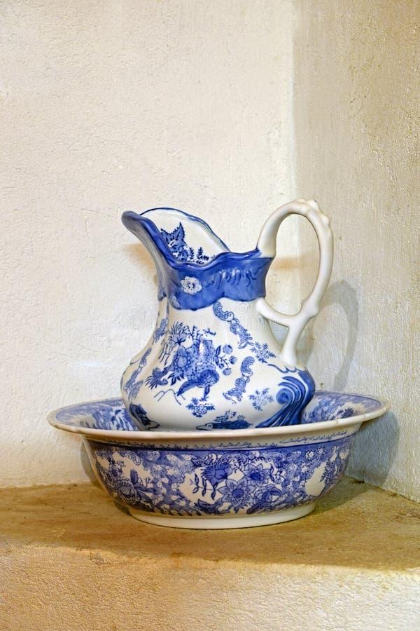 瓷水罐和水池 免版税库存照片