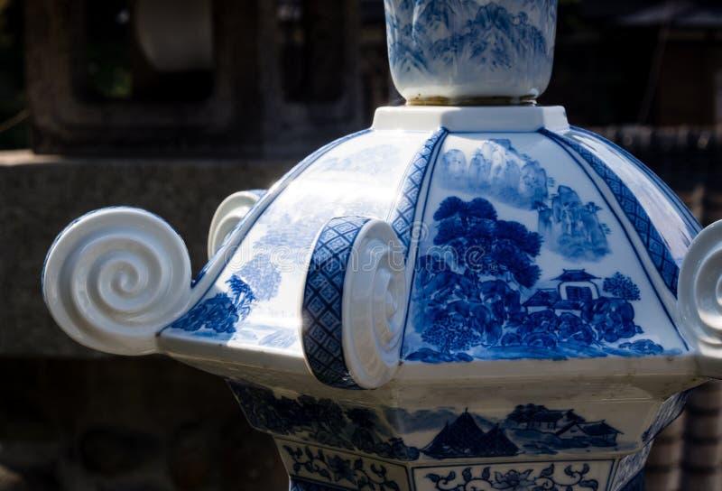 瓷灯笼细节在历史的Tozan寺庙的著名为它的陶瓷艺术 免版税库存照片