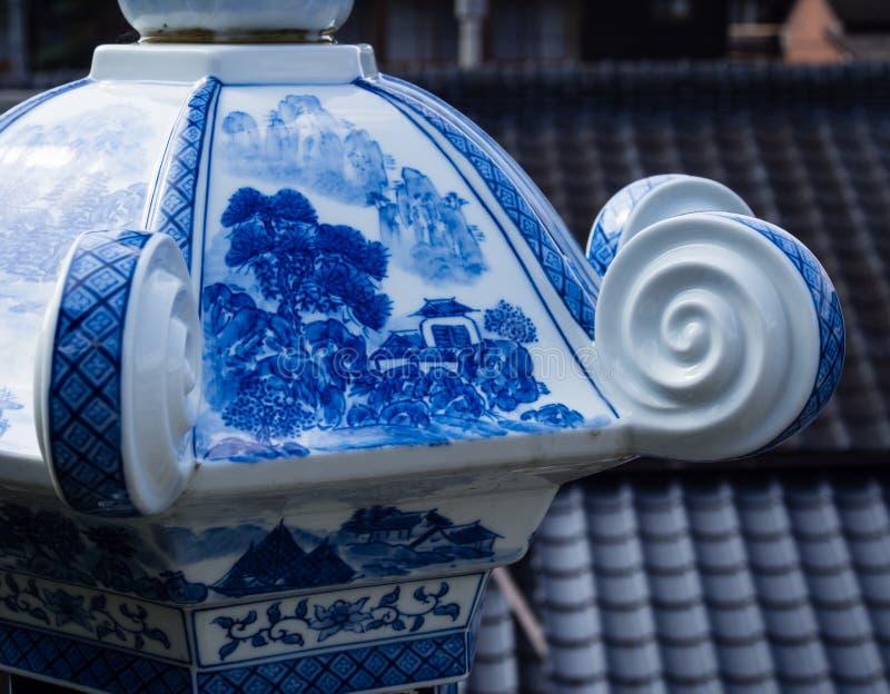 瓷灯笼细节在历史的Tozan寺庙的著名为它的陶瓷艺术 免版税库存图片
