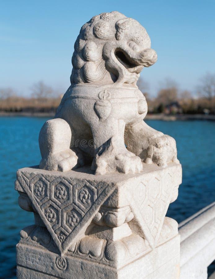 瓷狮子石头 免版税库存照片